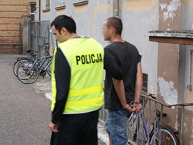 Sąd w Międzyrzeczu aresztował mężczyznę, który przed kilkoma dniami napadł na kobietę i ukradł jej torebkę.