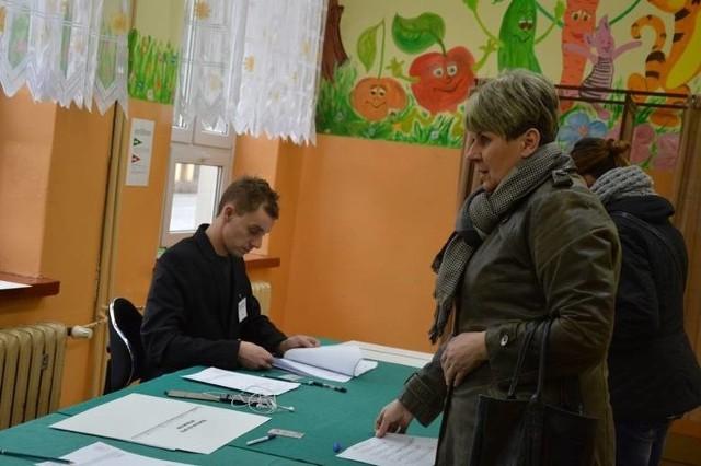 Referendum w sprawie likwidacji Straży Miejskiej w Chojnicach (20.12.2015). Wiesława Litkowska przyszła głosować w lokalu komisji referendalnej nr 5