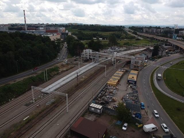 - Powstają nowe tory, sieć trakcyjna i urządzenia sterowania ruchem kolejowym - podkreślają kolejarze
