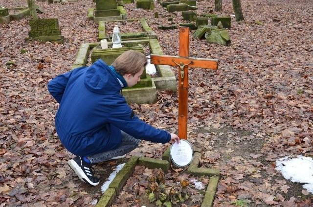 Piotr przyjeżdża na cmentarz wraz z tatą prawie w każdą sobotę.