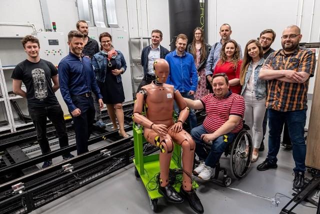Inżynierowie z Politechniki Wrocławskiej budują wózek terenowy dla niepełnosprawnych