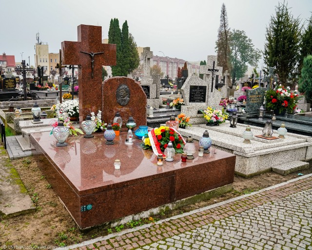 W przededniu Wszystkich Świętych na mogiłach osób szczególnie zasłużonych dla miasta Białystok złożone zostały kwiaty i zapalone znicze