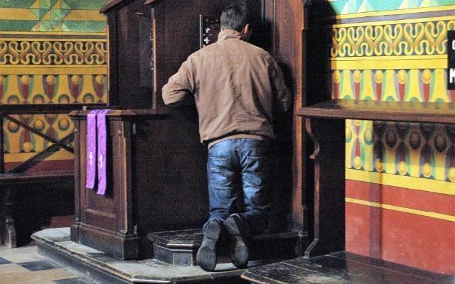"""5. Pobicie lub zabójstwo biskupaTego grzechu również nie zdejmie zwykły ksiądz. Pobicie lub zabójstwo biskupa należą do grzechów zastrzeżonych biskupowi.ZOBACZ TEŻ:Ile kosztuje """"co łaska"""" w Podlaskiem? Nawet 1600zł! Sprawdź kościelny cennikRejestr pedofilów i gwałcicieli online. Pedofile z Podlasia [ZDJĘCIA, LISTA PRZESTĘPCÓW, NAZWISKA]Wynagrodzenia w województwie podlaskim. Gdzie się zarabia najwięcej? [RANKING]"""