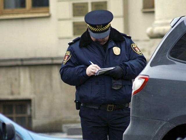 """W lubelskiej straży miejskiej brakuje sześciu nowych strażników.Kliknij w przycisk """"zobacz galerię"""" i przesuwaj zdjęcia w prawo, naciskając strzałkę lub przycisk NASTĘPNE."""