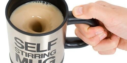 Kubek Self Stirring Mug ma na dnie specjalne mieszadełkoKubek samomieszający Self Stirring Mug ma na dnie specjalne mieszadełko dzięki któremu dodany do kawy lub herbaty cukier bez problemu rozpuści się.