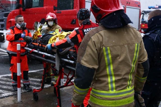 W zdarzeniu ucierpiał robotnik, który był w szybie, gdy winda spadła.