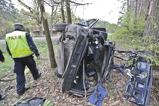 Piotr JędzuraDo groźnego wypadku doszło w niedzielę, 1 maja na trasie z Zielonej Góry do Krosna Odrzańskiego.Mercedesem, w kierunku Krosna Odrzańskiego jechało na majówkę pięć osób. Z niewyjaśnionych jeszcze przyczyn kierowca stracił panowanie nad kierownicą. Na prostym odcinku drogi samochód wpadł w poślizg i zjechał na pobocze. Tam zarył w ziemię i następnie koziołkował. Na koniec auto uderzyło w drzewo na wysokości aż 3 metrów nad ziemią.Widok na miejscu wypadku jest makabryczny. Z mercedesa prawie nic nie zostało. Samochód nadaje się już tylko na złom. Na drzewie na wysokości ok. 3 metrów wisi kawał pogiętej blachy karoserii. Dookoła walają się rozprute bagaże, ubrania, butelki z alkoholem, puszki piwa oraz jedzenie. Na miejsce zdarzenia przyjechała straż pożarna, policja i karetki pogotowia ratunkowego Do szpitala trafiło pięć osób, które podróżowały mercedesem.Przeczytaj też: Zderzenie tira z osobówką na S3. Kierowca ciężko ranny [ZDJĘCIA]