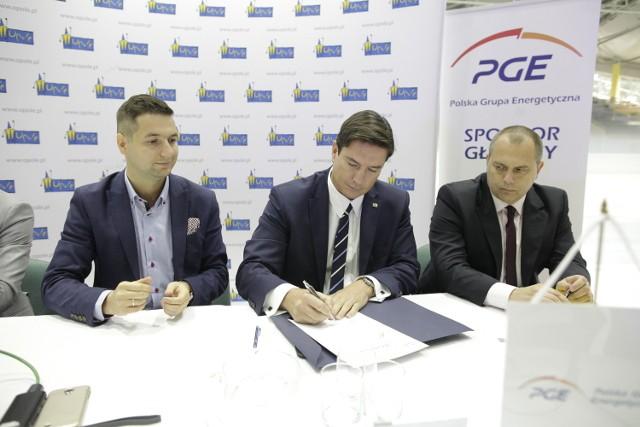 Wiceprezes PGE GiEK SA Radosław Rasała podpisuje umowę jako przedstawiciel koncernu.