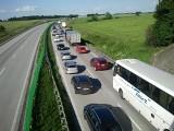 Wypadek na A4, zderzyła się ciężarówka z osobówką. Stworzył się spory korek (FOTO)