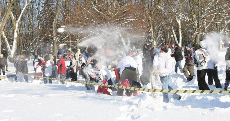 Bitwa śnieżkowa w słupskim parku.
