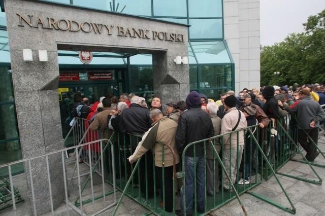 Kilkaset osób stało rano w poniedziałek przed siedzibą Narodowego banku Polskiego w Kielcach po monety z serii kolekcjonerskiej, wyemitowane z okazji EURO 2012.
