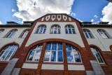 Uniwersytet Kazimierza Wielkiego w Bydgoszczy odnowił kolejny obiekt. Gmach przy Powstańców Wielkopolskich zachwyca elewacją