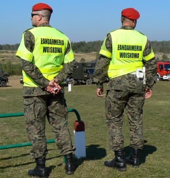 """Żandarmów spotykamy nie tylko na patrolach, ale też w czasie działań zabezpieczających ćwiczenia wojsk 12 DZ. Na zdjęciu – żołnierze ŻW podczas ćwiczeń """"Dragon"""" w okolicy Złego Łęgu na poligonie drawskim."""