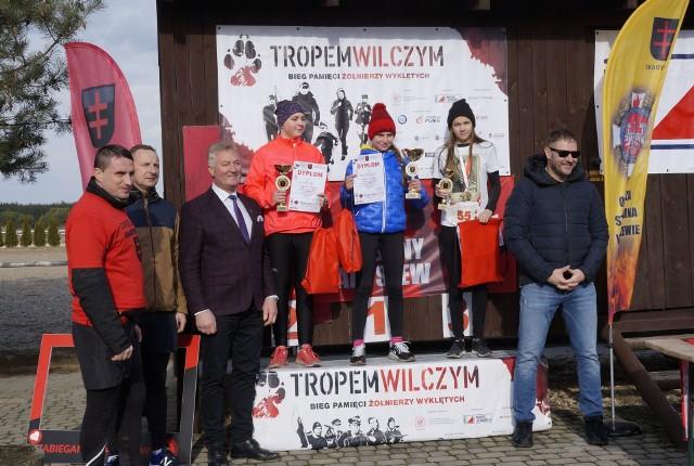 Aktor Tomasz Karolak (z prawej) gratulował na mecie uczestnikom biegu w Skaryszewie.