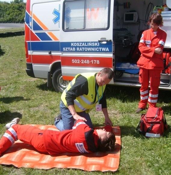 Jednym z konkursowych zadań było udzielenie pierwszej pomocy. Na zdjęciu Tomasz Kowcun (w kamizelce).