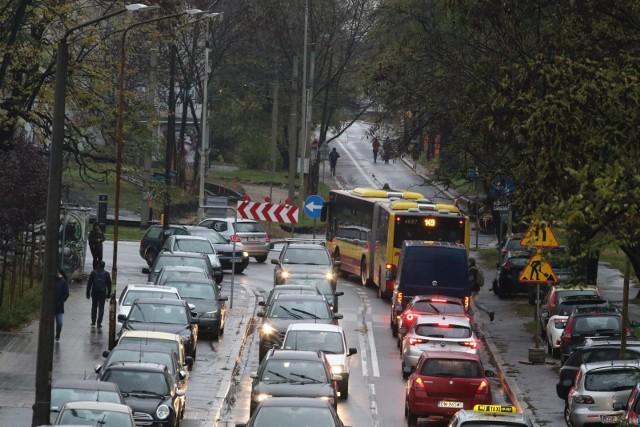 Na co narzekają wrocławianie poruszający się po mieście? Co nie podoba się kierowcom, co pasażerom MPK, a co rowerzystom? Wiemy to dzięki badaniom, jakie magistrat przeprowadził pilotażowo na Gądowie i Popowicach. Urzędnicy chcieli wiedzieć, w jaki sposób mieszkańcy tych osiedli najchętniej poruszają się po mieście, dokąd jeżdżą, jak długo trwa podróż, ale interesowały ich też bolączki każdego z dostępnych środków transportu. Jakie są wyniki? Zobacz na kolejnych slajdach, posługując się klawiszami strzałek, myszką lub gestami.