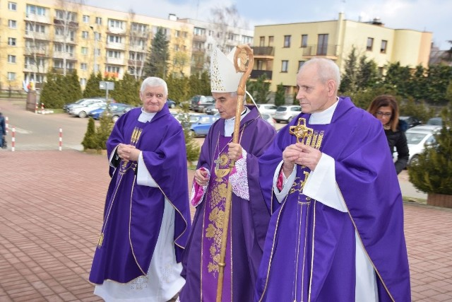 Ksiądz biskup Marian Florczyk (w środku) oraz księża Jan Tusień (z lewej) i Marian Janus z relikwiami księdza Jerzego Popiełuszki.