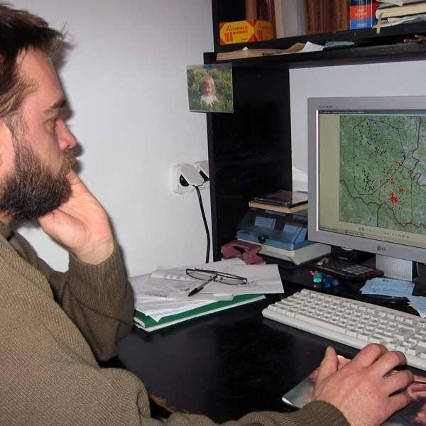 Wojciech Śmietana pokazuje na monitorze komputera miejsca, w których przebywają wilki. W każdej chwili któryś z nich może wpaść w pułapkę. Wtedy naukowiec momentalnie otrzyma smsa.
