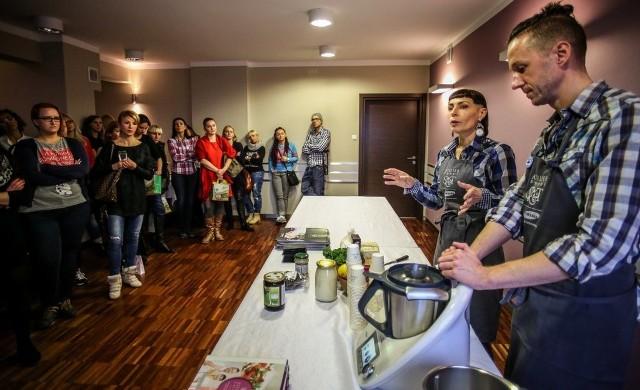 """Warsztaty """"Zdrowe wibracje"""" w Gdańsku. . Kulminacyjnym punktem spotkania była degustacja dań, które przygotowali Jola Słoma & Mirek Trymbulak"""