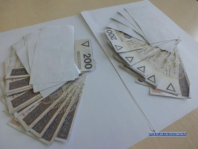 Kopertę, z drukowanymi na domowej drukarce, podrobionymi banknotami, otrzymała od brata 34-letnia mieszkanka Głogowa. 20 tys. zł miało być rekompensatą za zrzeczenie się praw do udziału w mieszkaniu po rodzicach. 35-latek najpierw okazał swojej siostrze umówioną kwotę, którą przygotował w prawdziwych banknotach. Następnie obydwoje udali się do notariusza, gdzie sporządzili stosowne dokumenty. Już po wizycie w notariacie, siostra otrzymała kopertę z obiecanymi jej pieniędzmi. Jej zaskoczenie było ogromne, bowiem w środku znajdowały się tylko wydrukowane jednostronnie odbitki banknotów. Kobieta zawiadomiła o oszustwie policję i 35-latek został zatrzymany. W jego mieszkaniu policjanci odnaleźli min. kartki papieru z wydrukami, które uznał za nieudane. Mężczyzna usłyszał zarzut dokonania oszustwa. Grozi za to kara pozbawienia wolności nawet do lat 8.POLECAMY PAŃSTWA UWADZE: