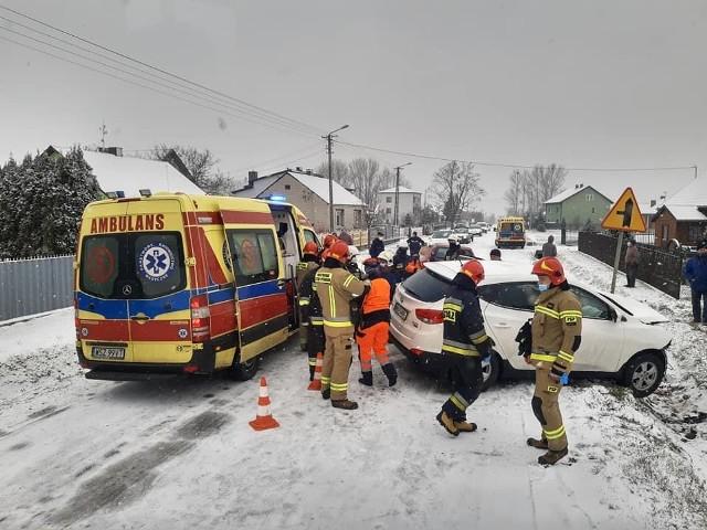 Pod Wierzbicą zderzyły się fiat i hyundai, do szpitala zostały przewiezione dwie ranne osoby.