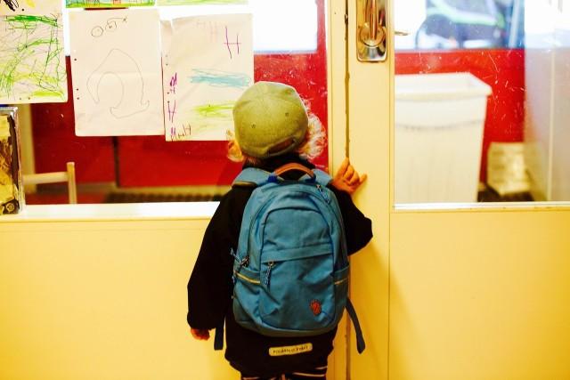 Kara szkolna: stanie w kącieNauczyciel stawiał ucznia do kąta zwykle za złe zachowanie i przeszkadzanie na lekcji. Inną formą izolowania ucznia było wyproszenie go za drzwi, aby czekał na korytarzu do przerwy. Stawianie do kąta stosowano zwykle wobec młodszych uczniów, wyrzucanie za drzwi wobec starszych.Co ciekawe, nauczyciele nie obawiali się, że stracą kontrolę nad uczniem wyrzuconym z klasy.