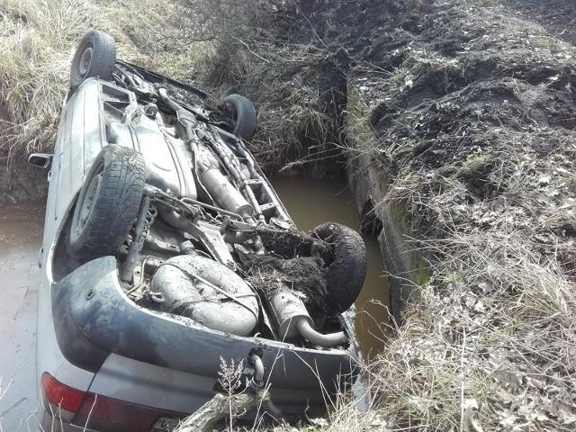 Ford wpadł do rzeczki w Dobrzęcinie