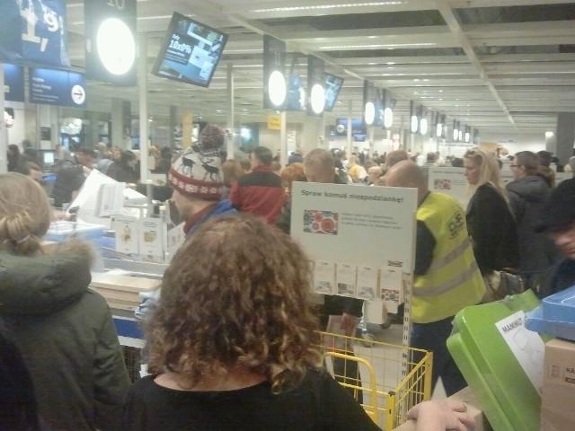Wrocław: Tłumy w Ikei. Pracują prawie wszystkie kasy. I tak w kolejce trzeba odstać 15 minut