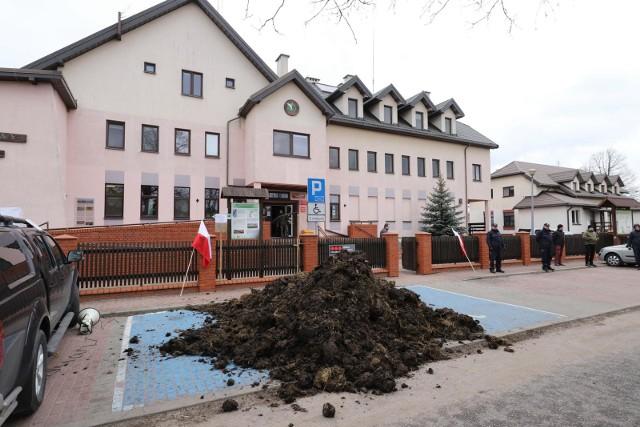 W marcu 2019 r. pod siedzibą Biebrzańskiego Parku Narodowego w Osowcu-Twierdzy  rolnicy wysypali obornik. Protestowali przeciwko nierównemu  dostępowi do udziału w przetargach.