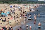 Upalnie i tłoczno na plażach w Trójmieście! Smażymy się na słońcu, a chłodzimy w wodzie. Nad wodą tłumy mieszkańców i turystów [zdjęcia]
