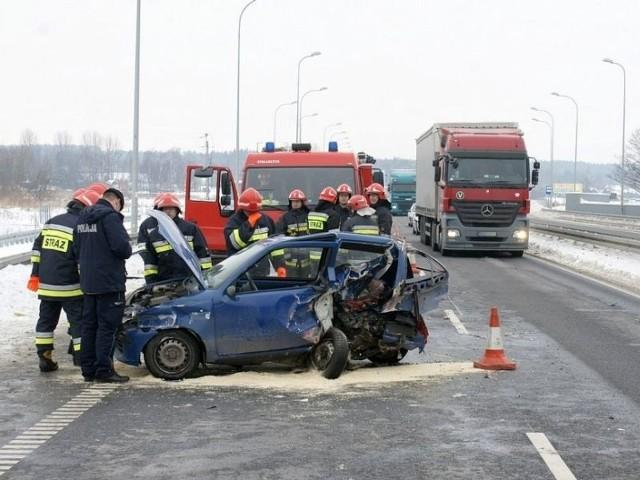 Strażacy uwalniali rannego kierowcę z wraku samochodu