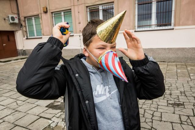 """W czwartek 60-lecie istnienia obchodziła Szkoła Podstawowa nr 13 w Bydgoszczy. Jubileusz organizowany był w Miejskim Centrum Kultury. Z tej okazji dzieci wzięły udział w loterii fantowej i kiermaszu książek. Z kolei w budynku szkoły zorganizowano wystawę zwierząt domowych. W ramach święta odbyła się też konferencja """"Autyzm – od diagnozy do samodzielności"""", na której eksperci wyjaśniali na czym polega problematyka dorastania dzieci z autyzmem.Wideo: Puls Polityki. Goście: Martin Schulz i Wolfgang Ischinger"""