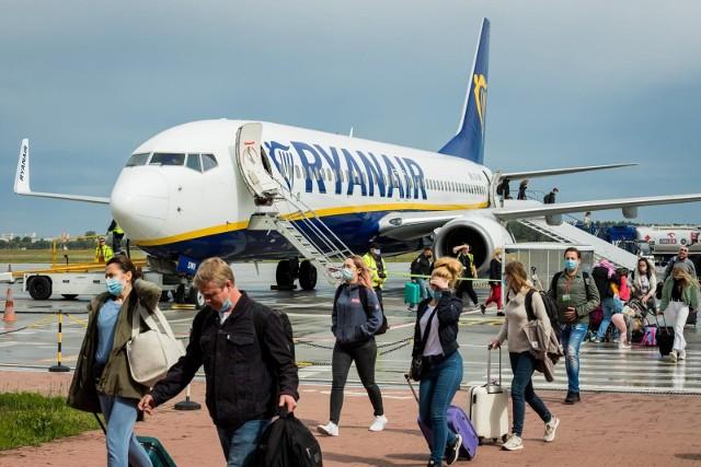 Po przerwie pierwszy samolot irlandzkiego przewoźnika Ryanair z Londynu Stansted wylądował w Bydgoszczy. Na lotnisku pierwsi pasażerowie skorzystali też z otwartego dziś (1 czerwca) punktu wymazowego.