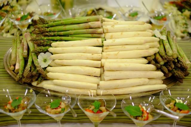 Sezon na szparagi trwa krótko - warto się pospieszyćOdpowiednio podane szparagi będą ozdobą każdego stołu.