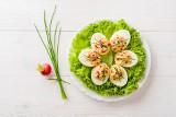 Jajka wielkanocne w zdrowej wersji – TOP 10 pomysłów na potrawy z jajek. Sprawdź, jak przygotować jaja faszerowane, w koszulkach czy pastę