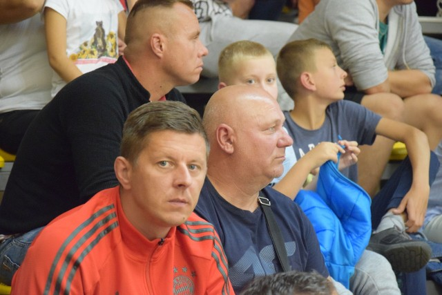 To był wyjątkowy mecz futsalu w Świeciu. W hali widowiskowo – sportowej zmierzyły się reprezentacje Serbii i Brazylii. Aby zobaczyć jak kibice dopingowali obie reprezentacje prosimy przesuwać palcem po ekranie smartfonu lub strzałkami w komputerze>>>