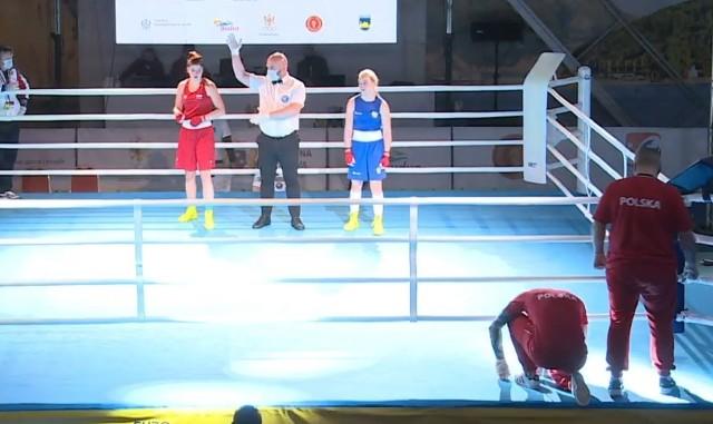 Julia Szeremeta (Paco Lublin) przy ogłaszaniu werdyktu po walce z Rosjanką Vladleną Bezlapową