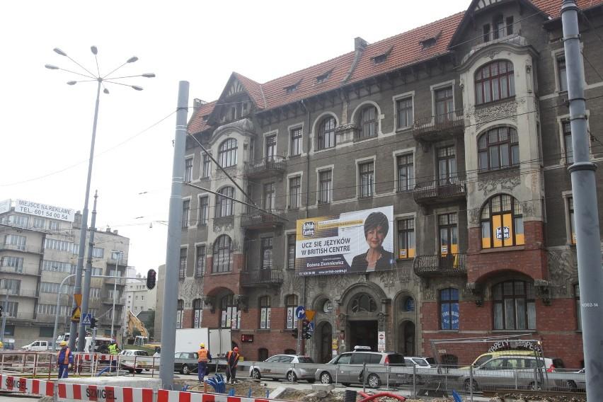 Reklama przesłoniła secesyjną kamienicę z początku XX w., której projektantem był znakomity architekt Gustaw Landau-Gutenteger.