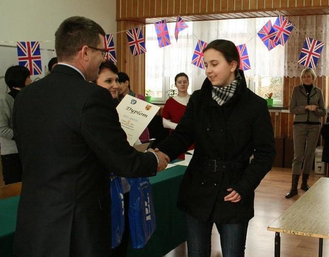 Nagrody wręczył Dariusz Wincenciak, dyrektor I LO w Łapach.