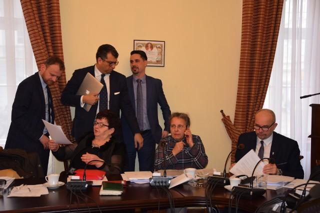 Tradycyjna sesja rady, która odbyła się w lutym 2020. Radni chcieliby już obradować w sali sesyjnej ratusza, a nie zdalnie