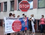 """Strajk ostrzegawczy pielęgniarek i położnych. Pikieta przed szpitalem w Tarnobrzegu. """"Stop ustawie Niedzielskiego"""" (ZDJĘCIA)"""