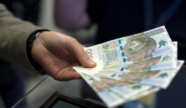 Główny Urząd Statystyczny podał publicznie ile wynosi teraz przeciętne wynagrodzenie. Dane są szokujące, bo jeszcze w 2014 roku średnia płaca była poniżej 4 tysięcy złotych.Sprawdź na następnej karcie, ile wynosi średnie wynagrodzenie w Polsce w 2019 roku.