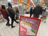 Ostatnie zakupy na wigilijny stół: 24.12.2020. Najlepsze świąteczne promocje - Lidl, Biedronka i inne. Karp, łosoś, promocje na mięso