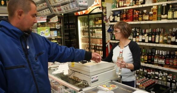Patryk Kimla kupuje wódkę w sklepie ABC w Słupsku. Sam nie ma nic przeciwko byciu nagranym, ale nie wierzy w skuteczność przepisu w walce przeciwko piciu alkoholu przez nieletnich.