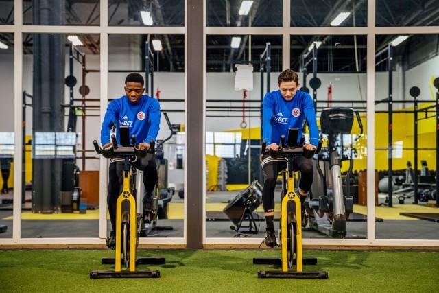 Ełkaesiacy w trakcie ćwiczeń na siłowni