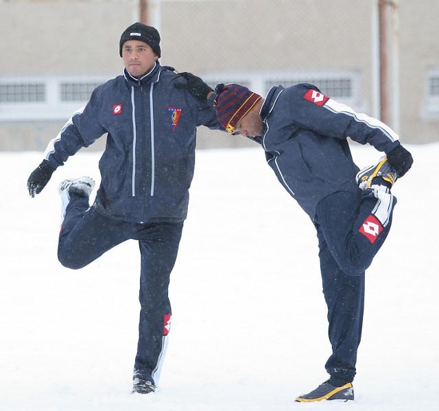 Piłkarze na razie trenują w zimowej scenerii. Julcimar (z lewej) i Edi Andradina.
