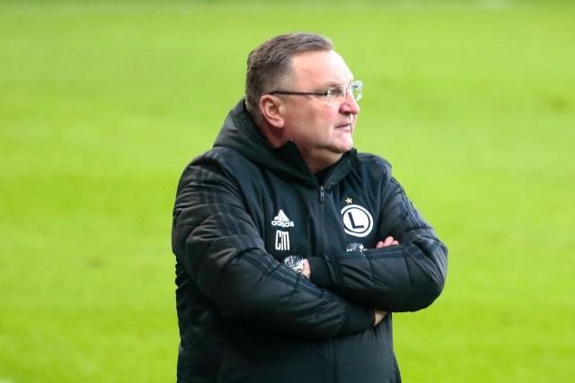 Czesław Michniewicz i jego Legia stoją na przeszkodzie Lecha, który wciąż pozostaje bez pierwszego trenera.