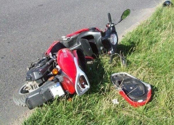 Mężczyzna potrącił motorower i uciekł z miejsca wypadku. Pogotowie powiadomił dopiero po 20 minutach.