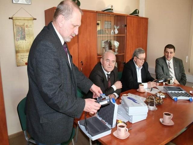 Alkotesty oraz finansowe wsparcie na zakup samochodu terenowego dla policji przekazało pięć gmin z terenu powiatu brodnickiego: Brzozie, Osiek, Zbiczno, Bobrowo, Bartniczka.