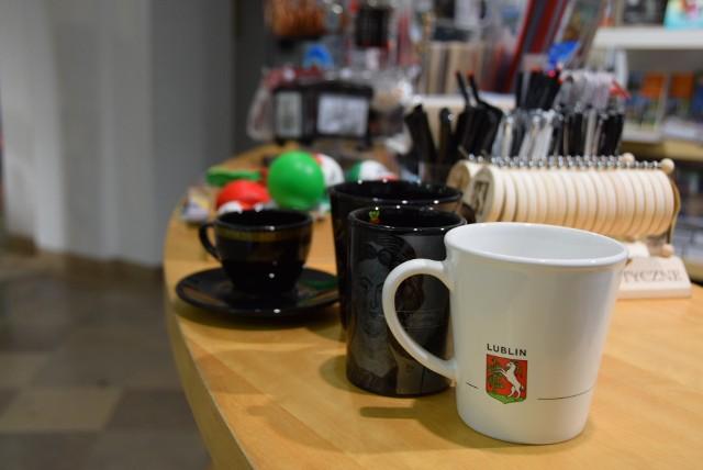 Filiżanki lub kubki. Każdy z nich sprawia, że wieczorna herbata smakuje lepiej i mocniej po lubelsku. Taką filiżankę można kupić już za 25 zł. Za kubek trzeba zapłacić więcej. Do kupienia w Lubelskim Ośrodku Informacji Turystycznej przy ul. Jezuickiej.